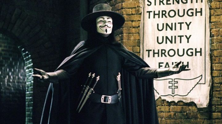 Fashion Trends 2021: The belt of daggers from V in V for Vendetta