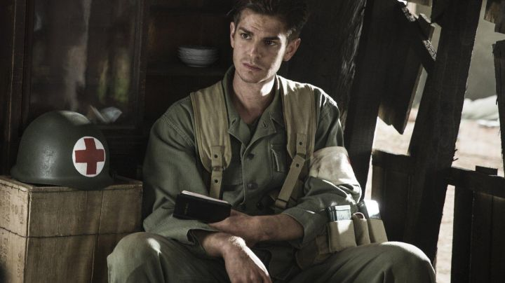The bible vintage soldier, Desmond T. Doss (Andrew Garfield) in Thou shalt not kill - Movie Outfits and Products