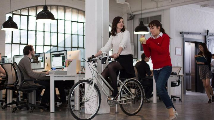 The bike Brooklyn Bicycle co. Jules Ostin (Anne Hathaway) in The new intern movie
