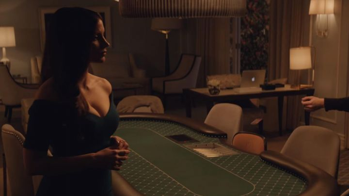 The black coat of Moly Bloom (Jessica Chastain) in The great game (Molly's Game) movie
