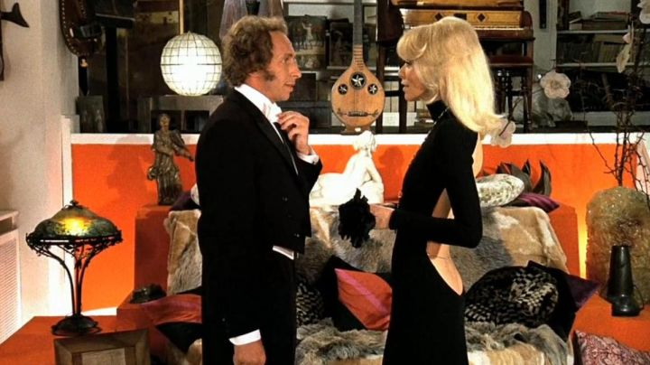 Fashion Trends 2021: The black dress Guy Laroche, Mireille Darc in The tall Blond with one black shoe