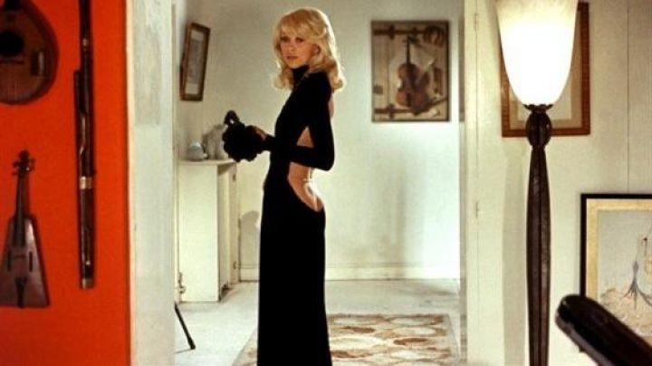 Fashion Trends 2021: The black dress Guy Laroche-neckline in the back of Mireille Darc in The tall blond with one black shoe