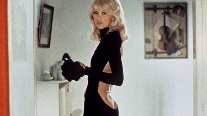 Fashion Trends 2021: The black dress low-cut in the back of Mireille Darc in The tall blond with one black shoe