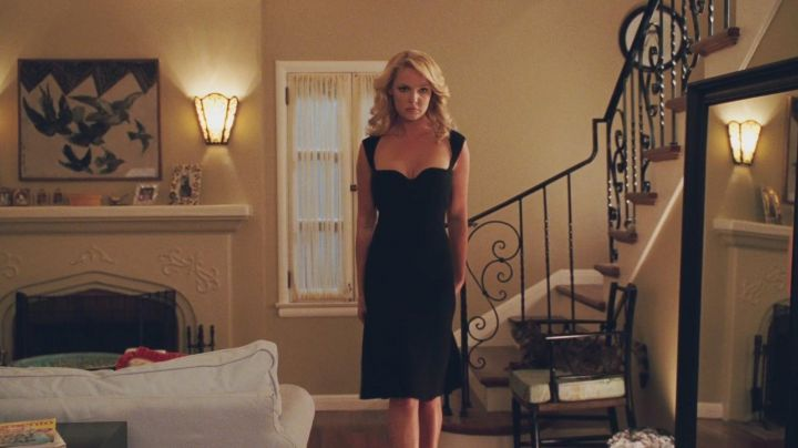 Fashion Trends 2021: The black dress of Abby (Katherine Heigl) in The abominable truth