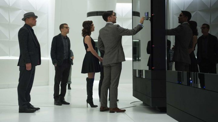 The black dress of Lula May (Lizzy Caplan) in Elusive 2 - Movie Outfits and Products