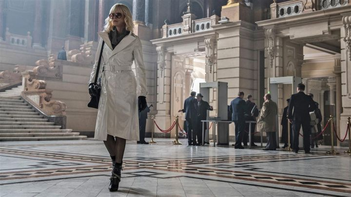 The black handbag of Lorraine Broughton (Charlize Theron) in Atomic Blonde movie