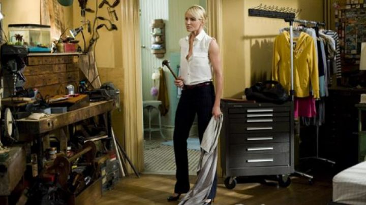 The black pants flared of Cameron Diaz in Jackpot - Movie Outfits and Products