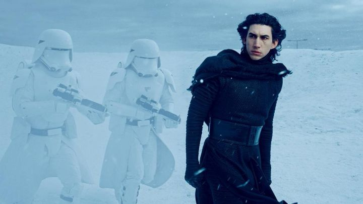 """Fashion Trends 2021: The black robe of Kylo Ren (Adam Driver) in """" Star Wars VII : The awakening of the force"""