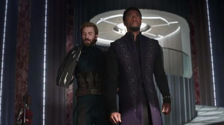 The black shield of Steve Rogers / Captain America (Chris Evans) in the Avengers : Infinity War - Movie Outfits and Products