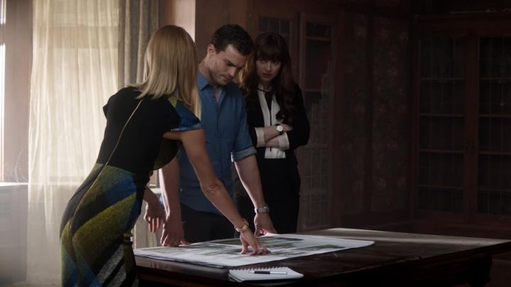 The black skirt of Anastasia Steele (Dakota Johnson) in Fifty shades lighter - Movie Outfits and Products