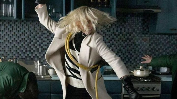 The black sweater and white Lorraine Broughton (Charlize Theron) in Atomic blonde (version dress)