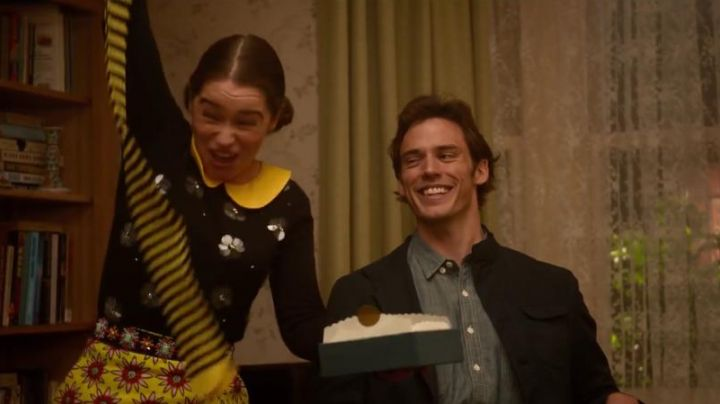 Fashion Trends 2021: The black sweater with the flowers of Lou Clark (Emilia Clarke) in Before You