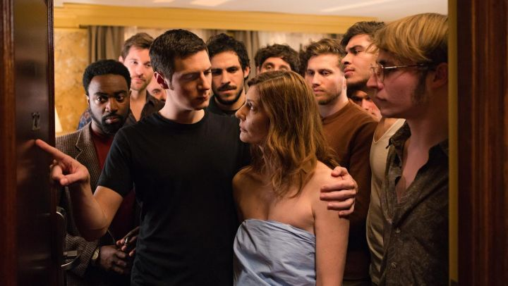 The black t-shirt short sleeve Richard (Vincent Lacoste) in Room 212 the film of Christophe Honoré Movie