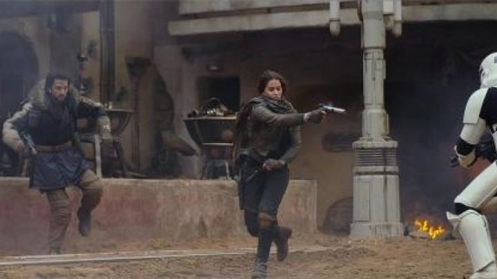 The blaster Jyn Erso (Felicity Jones) in Rogue One : A Star Wars Story - Movie Outfits and Products