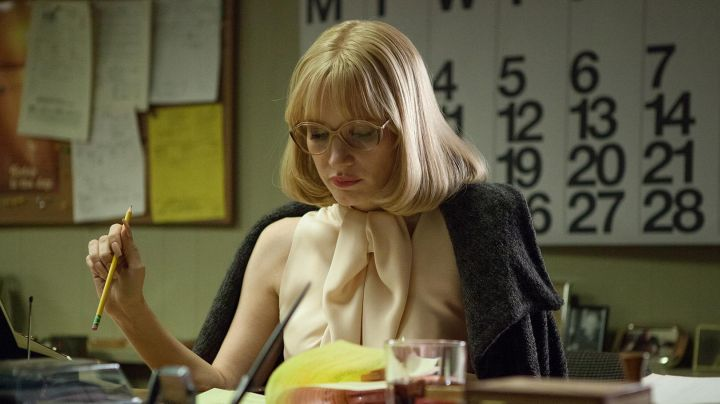 The blouse beige Anna Morales (Jessica Chastain) in A Most Violent Year - Movie Outfits and Products