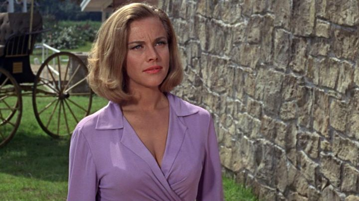 Fashion Trends 2021: The blouse violet of Pussy Galore (Honor Blackman) in Goldfinger