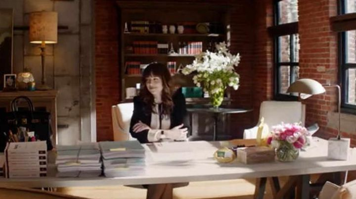 The blouse with a knot at the neck of Anastasia Steele (Dakota Johnson) in Fifty shades lighter