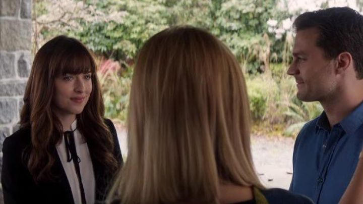 The blouse with a knot of Anastasia Steele (Dakota Johnson) in Fifty shades lighter