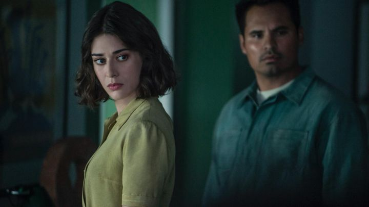 The blouse yellow short sleeved Alice (Lizzy Caplan) in Extinction movie