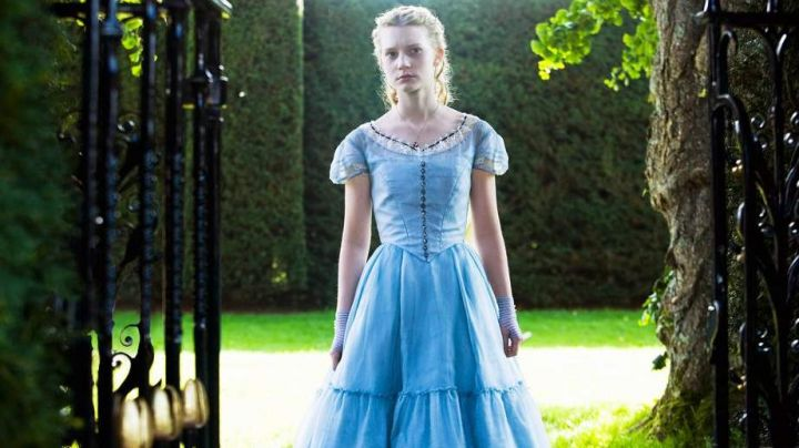 The blue dress Alice (Mia Wasikowska) in the movie Alice in wonderland - Movie Outfits and Products