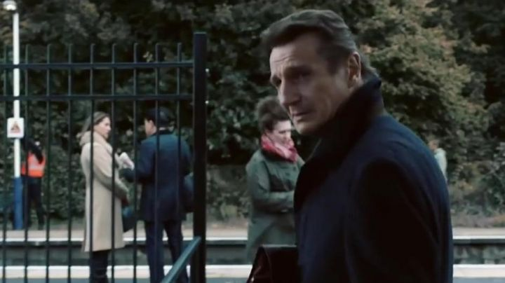 The blue mantle of Michael Woolrich (Liam Neeson) in The Passenger (Commuter) - Movie Outfits and Products