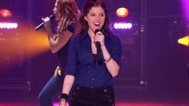 The blue shirt of Beca Mitchell (Anna Kendrick) in Pitch Perfect - Movie Outfits and Products