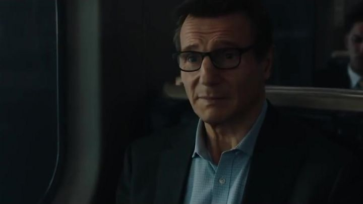 The blue shirt of Michael Woolrich (Liam Neeson) in The Passenger (Commuter) - Movie Outfits and Products