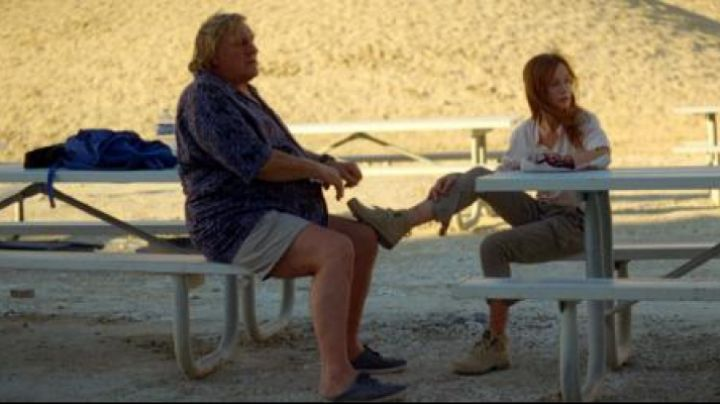 The blue tennis Gérard Depardieu in the Valley of love - Movie Outfits and Products