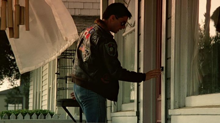 The bomber jacket aviator Pete Mitchell (Tom Cruise) in Top Gun - Movie Outfits and Products