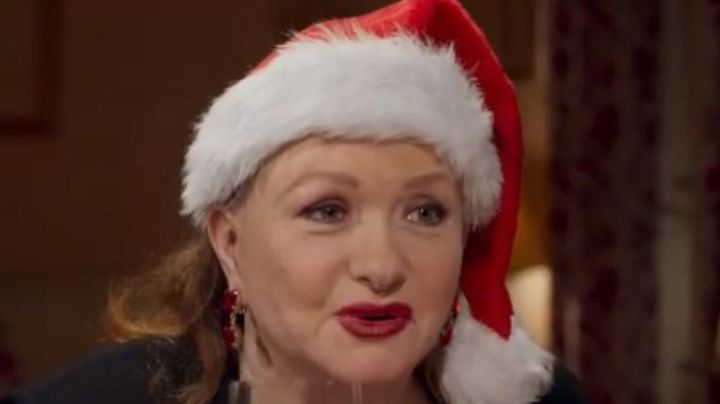 """The bonnet of father christmas Irene (Catherine Jacob) in the film """" like mother"""