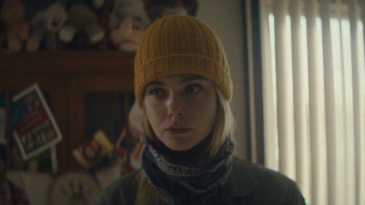 The bonnet yellow worn by Grace (Elle Fanning) in I Think We're Alone Now Movie