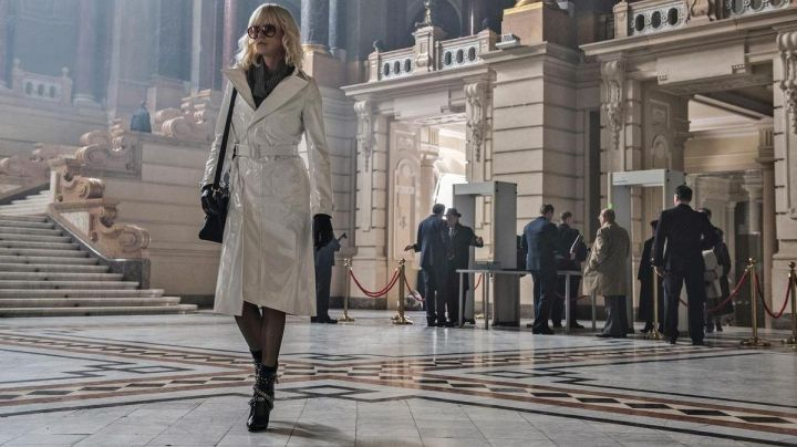 Fashion Trends 2021: The boots 'Fetish' studded Saint Laurent of Lorraine Broughton (Charlize Theron) in Atomic Blonde