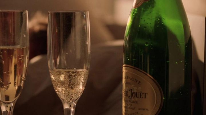 The bottle of champagne Perrier-Jouët in Kiss Kiss Bang Bang movie
