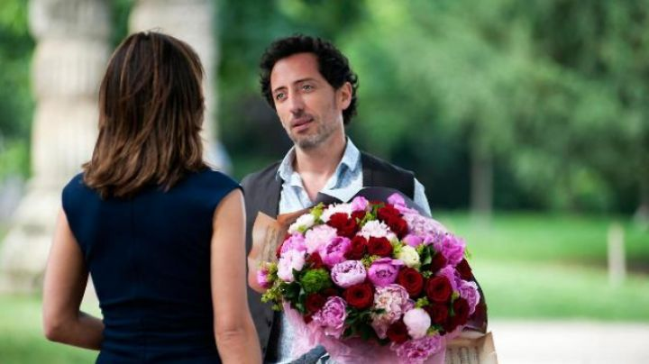 The bouquet offers Sacha Keller (Gad Elmaleh) to Charlotte in A happiness never arrives alone - Movie Outfits and Products