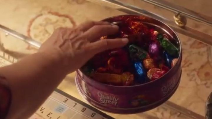 The box of candy Quality Street seen in the film Back to my mother's house - Movie Outfits and Products