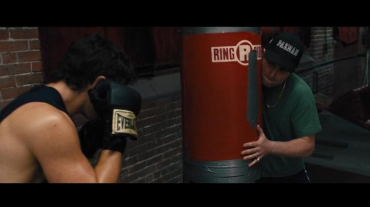 The boxing gloves Everlast of Vinny Pazienza (Miles Teller in Bleed For This - Movie Outfits and Products