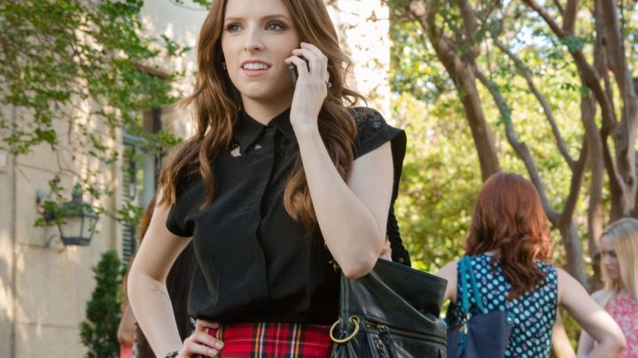 The bracelet of Beca Mitchell (Anna Kendrick) in Pitch Perfect 2