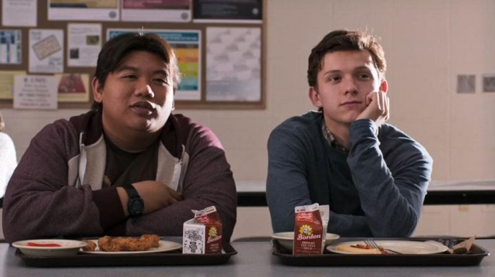 The bricks of chocolate milk Borden of Ned Leeds (Jacob Batalon) and Peter Parker (Tom Holland) in Spider-Man : Homecoming - Movie Outfits and Products