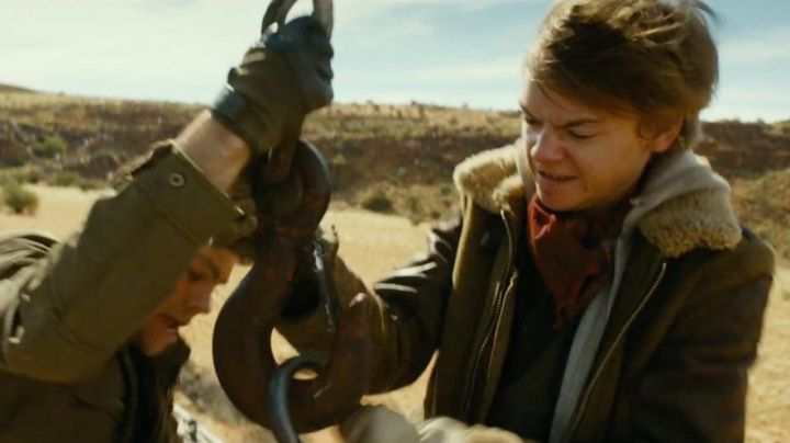 The brown jacket of Newt (Thomas Brodie) in The labyrinth : the cure mortal Movie