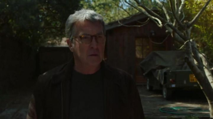 The brown leather jacket of Max (François Cluzet) in We will end up together Movie