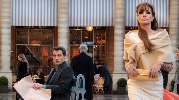 The café Le Nemours-place Colette in Paris, in The Tourist (Angelina Jolie) - Movie Outfits and Products