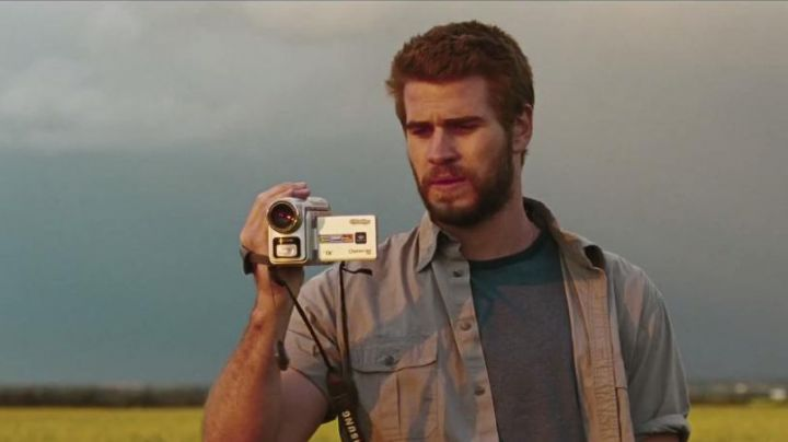The camcorder of Dwayne McLaren (Liam Hemsworth) in Cut Bank - Movie Outfits and Products