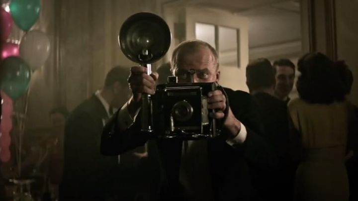 "The camera Graflex Anniversary Speed Graphic of the photographer (Yaroslav Poverlo) in ""Adaline"" - Movie Outfits and Products"
