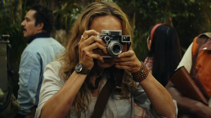 The camera Leica Mason Weaver (Brie Larson) in Kong : Skull Island - Movie Outfits and Products