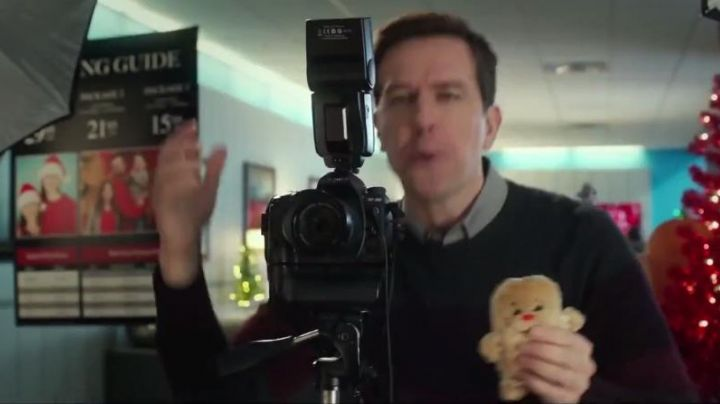 """The camera black Hank (Ed Helms) in """"Love, The Coopers"""" - Movie Outfits and Products"""