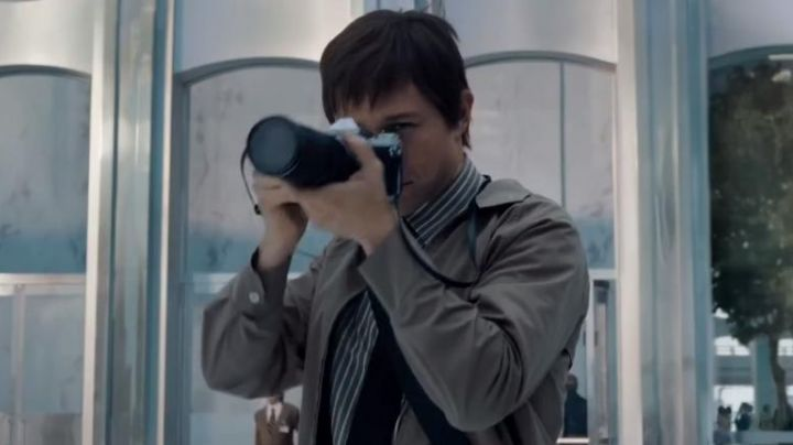 "The camera black and silver by Philippe Petit (Joseph Gordon-Levitt) in ""The Walk"" - Movie Outfits and Products"