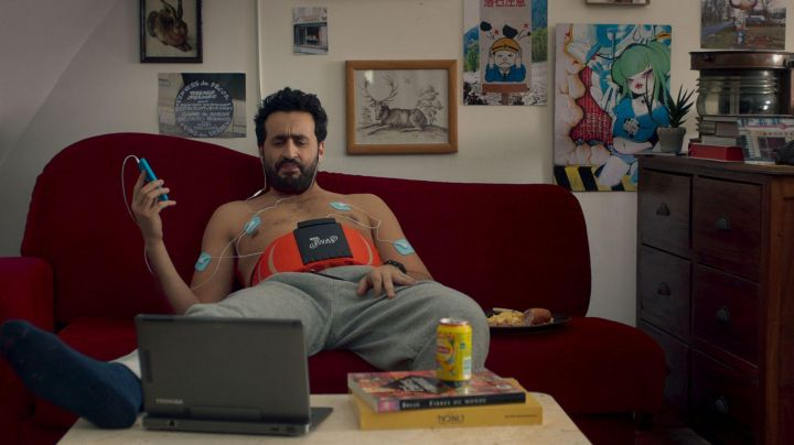 The can of Lipton Ice Tea Peach Frederick (Jonathan Cohen) in friend to Friend - Movie Outfits and Products