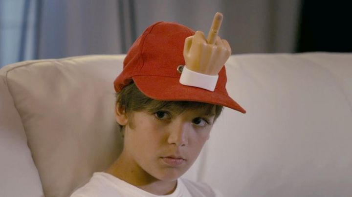 Fashion Trends 2021: The cap and finger of Remi (Enzo Tomasini) in Babysitting