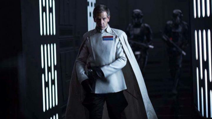 The cape of the Director Krennic (Ben Mendelsohn) in Rogue One : A Star Wars Story - Movie Outfits and Products