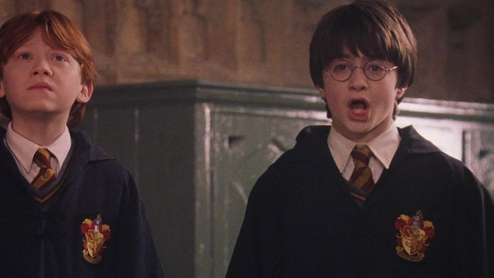 The cape of the sorcerer Gryffindor Harry Potter (Daniel Radcliffe) in Harry Potter and the Sorcerer's stone movie